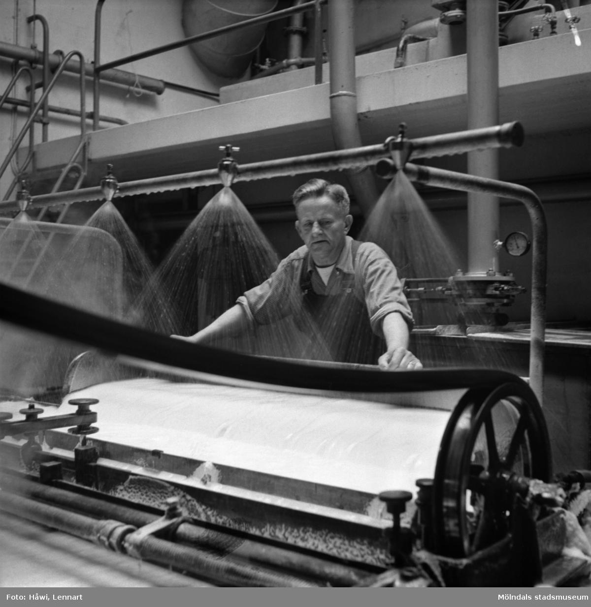 Man i arbete vid maskin på Papyrus i Mölndal, 6/5 1955.