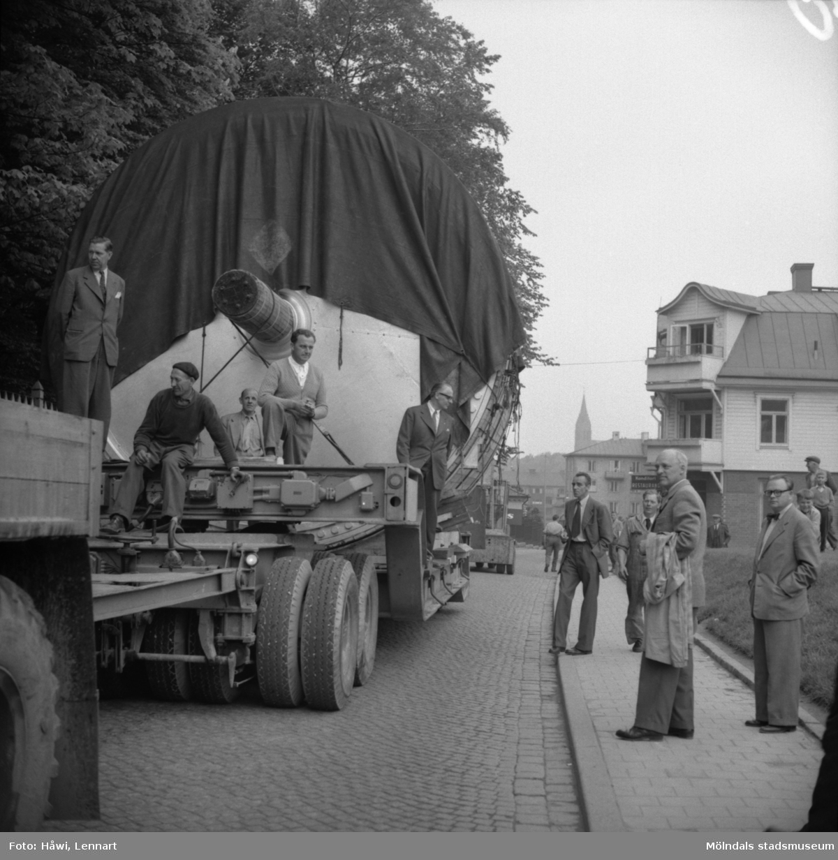 Transport av Papyrus PM2 yankeecylinder. Cylindern fraktas med lastfordon mot Papyrus i Mölndal, 2/6 1956.