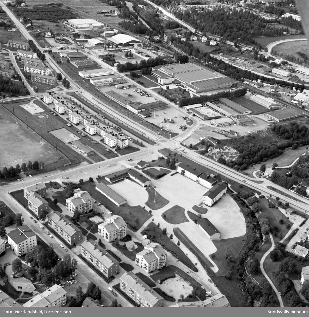 Flygfoto över Sallyhill, S:t Olofsskolan, Televerkstaden, Vinkeltået, E75 västerut (numera E14).