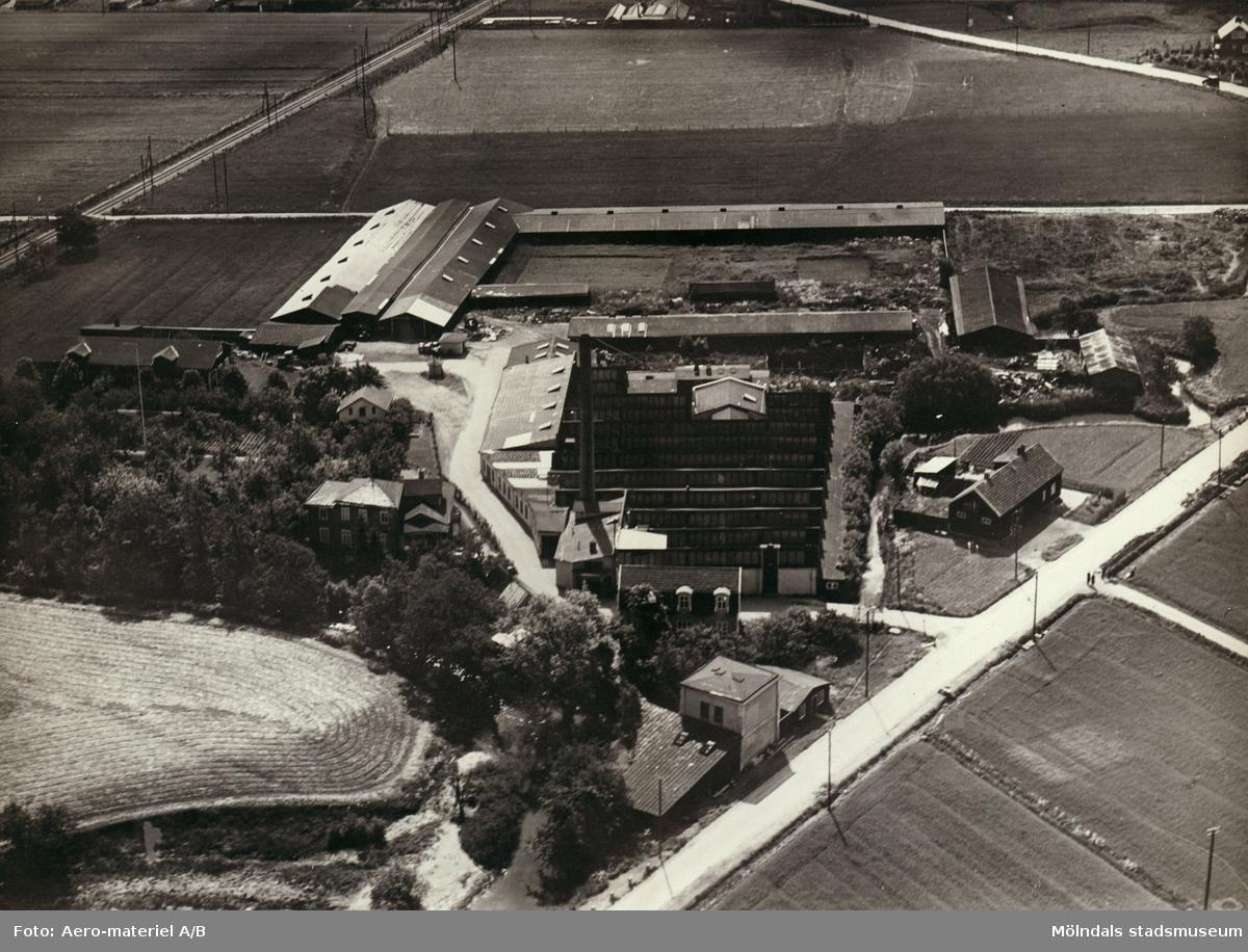 """Inramat flygfoto över Forsåkers fabriker i Forsåker i Mölndal. Fabriken kallades även """"Lompans""""."""