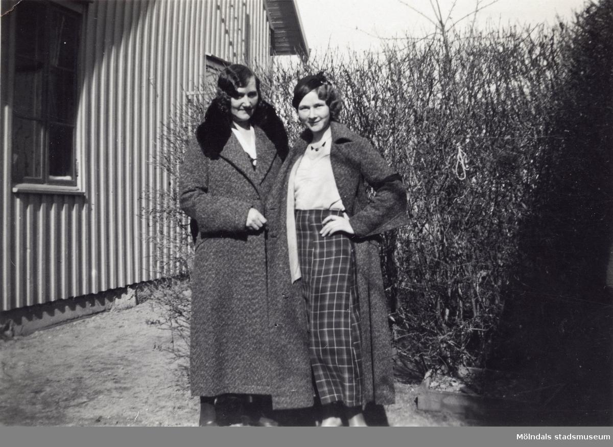 Hilda Börjesson Hallgren och Elna Börjesson fotograferade i trädgården. Fotografi ur album som tillhört Åke Börjesson.