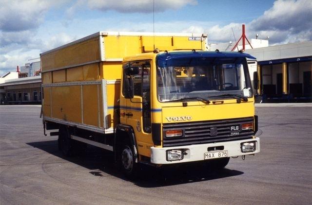 """79.705 Volvo Fl611 -87 H/S skåp Enda manuella FL-Volvon (5-vxl). """"Maxen"""", som den kallas, är en av våra två tidiga FL-Volvon som har grå stötfångare (vilket var original). Den andra är 81.728. Skåpet på dessa två är dessutom av Sala Kaross tillverkning."""