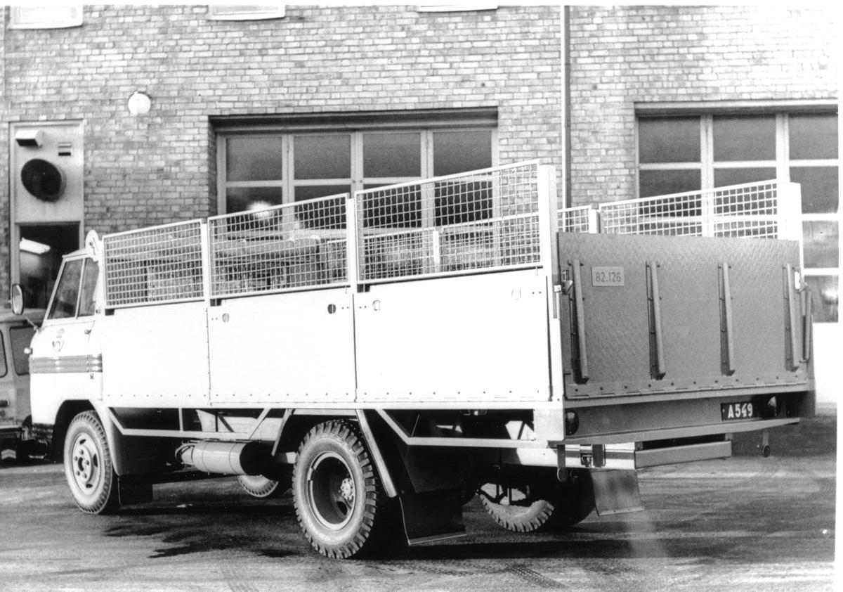 Volvo F82, 1971 års modell. Tjorven i bakgrunden.