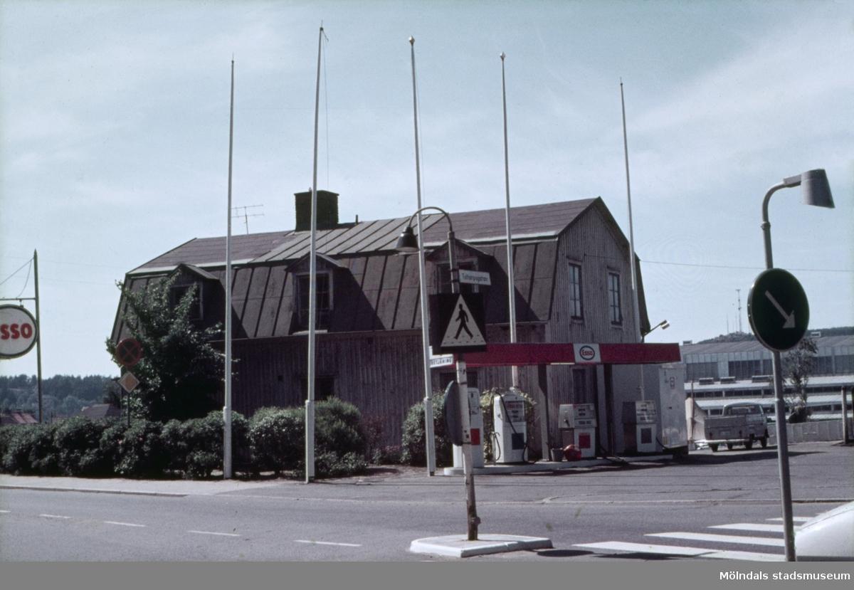 Bensinstation vid kornsingen Frölundagatan och Toltorpsgatan i Mölndal, 1970-tal. I bakgrunden till höger skymtas idrotthuset.