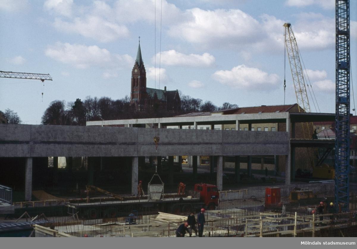 Centrumhuset under byggnation vid Frölundagatan i Mölndal, 1970-tal. I bakgrunden ses även Fässbergs kyrka.