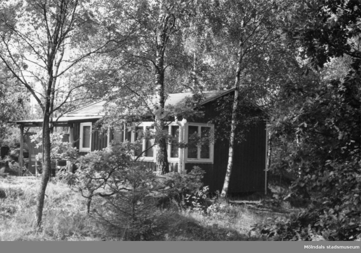 Byggnadsinventering i Lindome 1968. Greggered 3:56. Hus nr: 081D4019. Benämning: fritidshus och redskapsbod. Kvalitet: god. Material: trä. Tillfartsväg: framkomlig. Renhållning: ej soptömning.