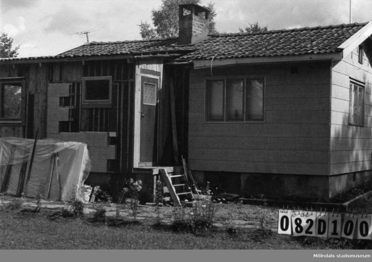 Byggnadsinventering i Lindome 1968. Knipered 1:8. Hus nr: 082D1004. Benämning:  fritidshus och gäststuga. Kvalitet, fritidshus: god. Kvalitet, gäststuga: mindre god. Material, fritidshus: eternit. Material, gäststuga: trä. Övrigt: lekstuga. Tillfartsväg: framkomlig.