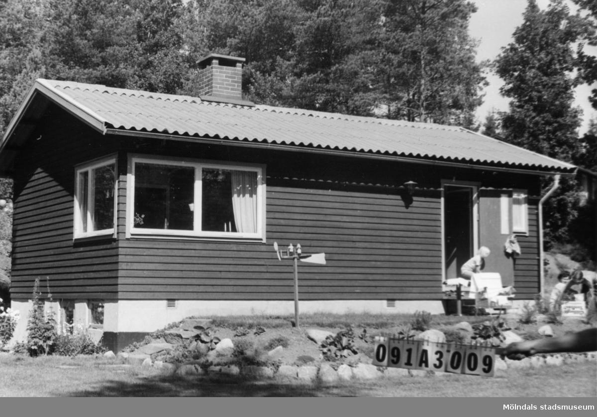 Byggnadsinventering i Lindome 1968. Hällesåker 5:20. Hus nr: 091A3009. Benämning: fritidshus. Kvalitet: mycket god. Material: trä. Tillfartsväg: framkomlig. Renhållning: soptömning.