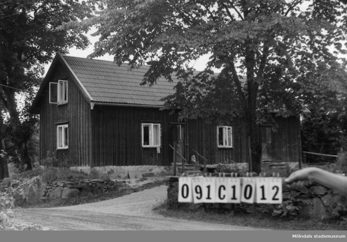 Byggnadsinventering i Lindome 1968. Ranered 1:22. Hus nr: 091C1012. Benämning: permanent bostad och ladugård. Kvalitet, bostadshus: god. Kvalitet, ladugård: mindre god. Material: trä. Tillfartsväg: framkomlig.