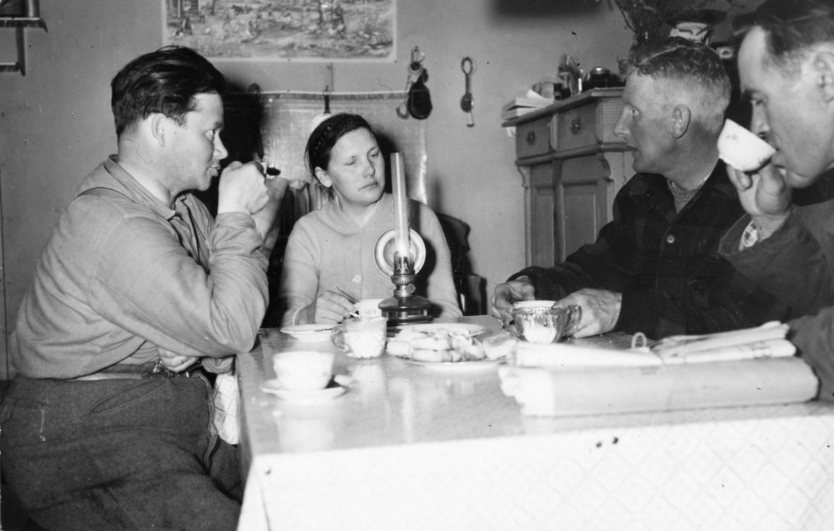 Kaffe kl 1 på natten i Lillviken, Norrbotten, vid kaffebordet, från vänster (troligen), herr och fru Edvin Fjällman, Bengt Helamb och lantbrevbärare Hugo Lundmark.
