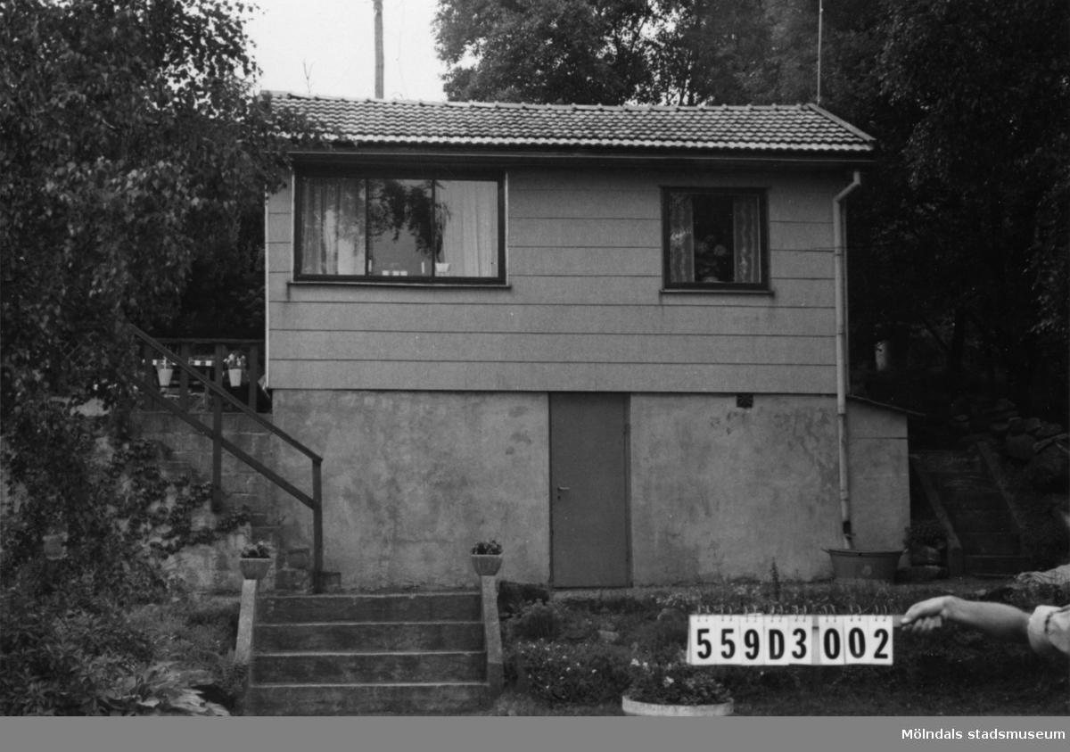Byggnadsinventering i Lindome 1968. Ranntorp 2:8. Hus nr: 559D3002. Benämning: fritidshus och redskapsbod. Kvalitet, fritidshus: god. Kvalitet, redskapsbod: mindre god. Material, fritidshus: eternit. Material, redskapsbod: trä. Tillfartsväg: framkomlig. Renhållning: soptömning.