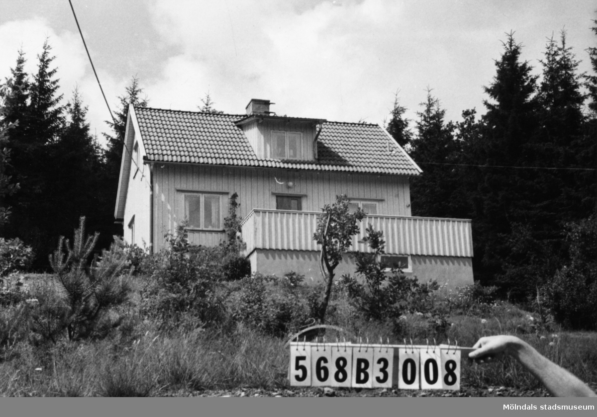 Byggnadsinventering i Lindome 1968. Skäggered 1:14. Hus nr: 568B3008. Benämning: permanent bostad. Kvalitet: god. Material: trä. Tillfartsväg: framkomlig. Renhållning: soptömning.