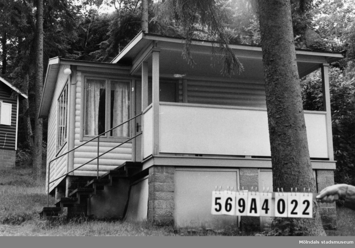 Byggnadsinventering i Lindome 1968. Skäggered 5:1. Hus nr: 569A4022. Stiftelse. Benämning: fritidshus. Kvalitet: god. Material: trä. Tillfartsväg: framkomlig. Renhållning: soptömning.