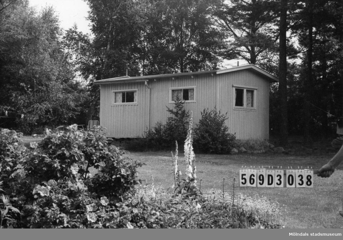 Byggnadsinventering i Lindome 1968. Berget 1:49. Hus nr: 569D3038. Benämning: fritidshus och redskapsbod. Kvalitet: mindre god. Material: trä. Tillfartsväg: framkomlig. Renhållning: soptömning.
