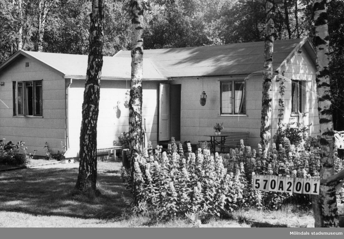 Byggnadsinventering i Lindome 1968. Annestorp 6:38. Hus nr: 570A2001. Benämning: fritidshus och lekstuga. Kvalitet: god. Material: eternit. Övrigt: mycket välordnat. Tillfartsväg: framkomlig. Renhållning: soptömning.