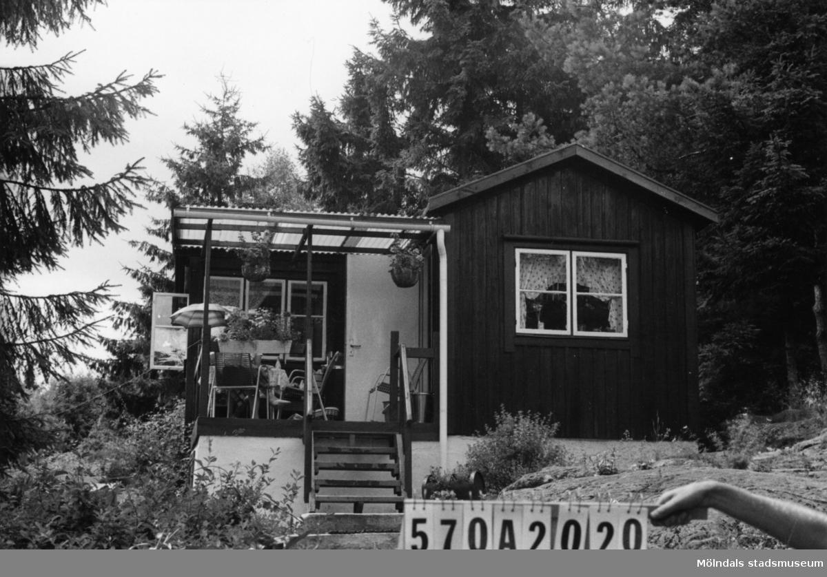 Byggnadsinventering i Lindome 1968. Annestorp 6:54. Hus nr: 570A2020. Benämning: fritidshus och redskapsbod. Kvalitet: god. Material: trä. Tillfartsväg: framkomlig. Renhållning: soptömning.