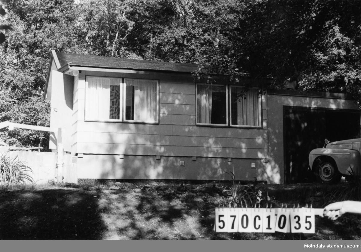 Byggnadsinventering i Lindome 1968. Dvärred 2:49. Hus nr: 570C1035. Benämning: fritidshus, garage och lekstuga. Kvalitet: god. Material: eternit. Tillfartsväg: framkomlig. Renhållning: soptömning.