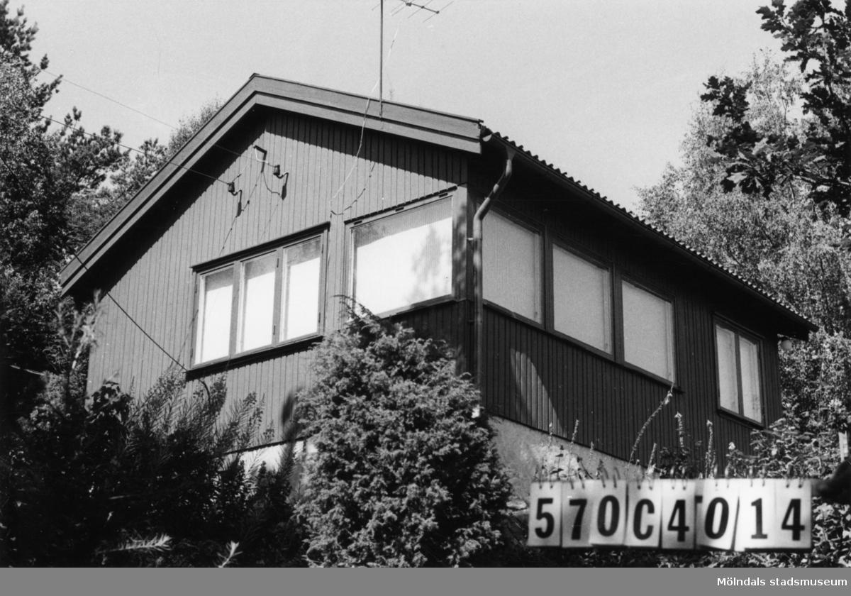 Byggnadsinventering i Lindome 1968. Dvärred 1:20. Hus nr: 570C4014. Benämning: fritidshus och gäststuga. Kvalitet, fritidshus: mycket god. Kvalitet, gäststuga: god. Material: trä. Tillfartsväg: framkomlig. Renhållning: soptömning.