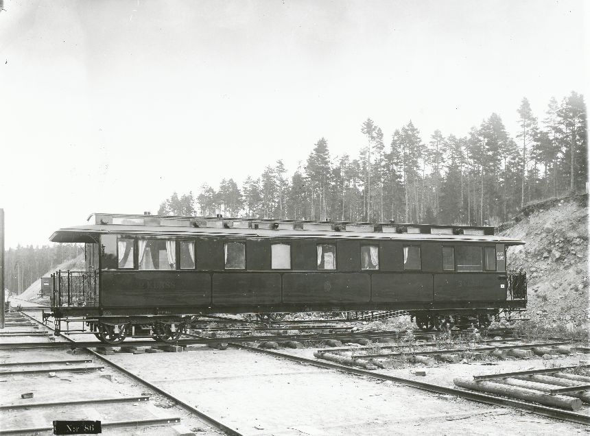 Fotografi föreställande Järnvägspostvagn BCD01 på järnvägssträckan DHJ (Dannemora-Hargs järnväg). Tillverkad 1908.