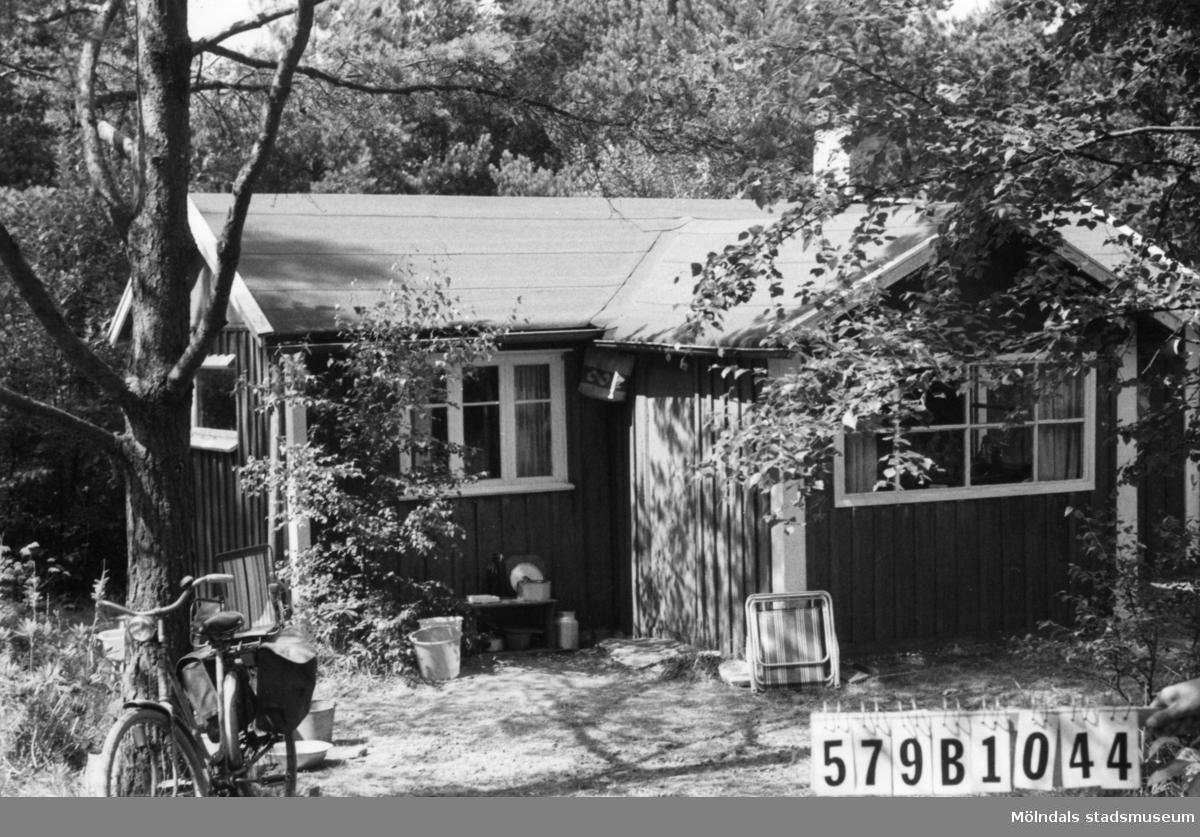 Byggnadsinventering i Lindome 1968. Lindome 6:13. Hus nr: 579B1044. Benämning: fritidshus och redskapsbod. Kvalitet: mindre god. Material: trä. Tillfartsväg: ej framkomlig. Renhållning: soptömning.