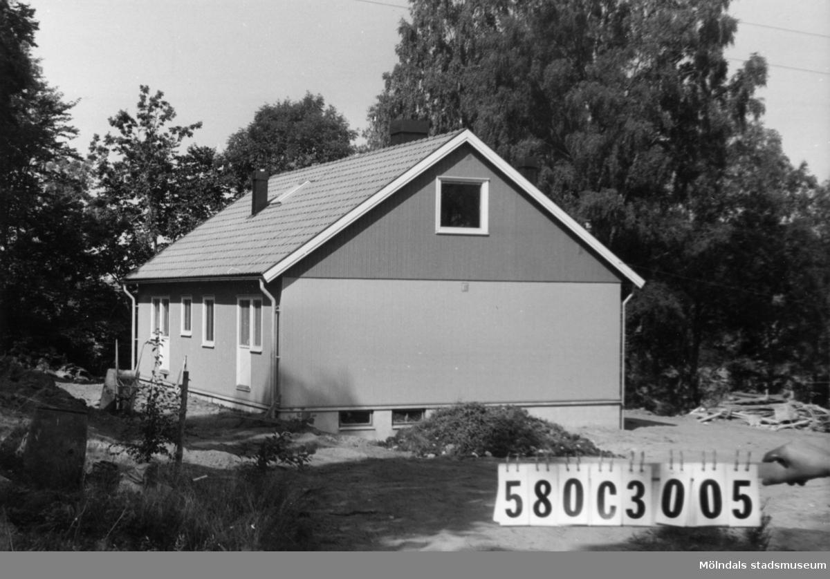 Byggnadsinventering i Lindome 1968. Strekered 1:24. Hus nr: 580C3005. Benämning: permanent bostad. Kvalitet: mycket god. Material: trä, plåtelement. Övrigt: Myresjöhus. Tillfartsväg: framkomlig. Renhållning: soptömning.