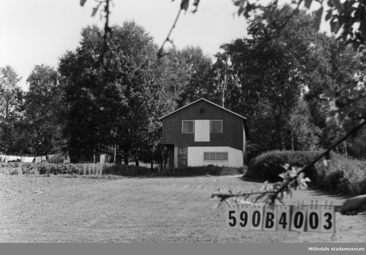 Byggnadsinventering i Lindome 1968. Hällesåker 4:33. Hus nr: 590B4003. Benämning: permanent bostad och två redskapsbodar. Kvalitet, bostadshus: mindre god. Kvalitet, redskapsbod: dålig. Material: trä. Tillfartsväg: framkomlig.