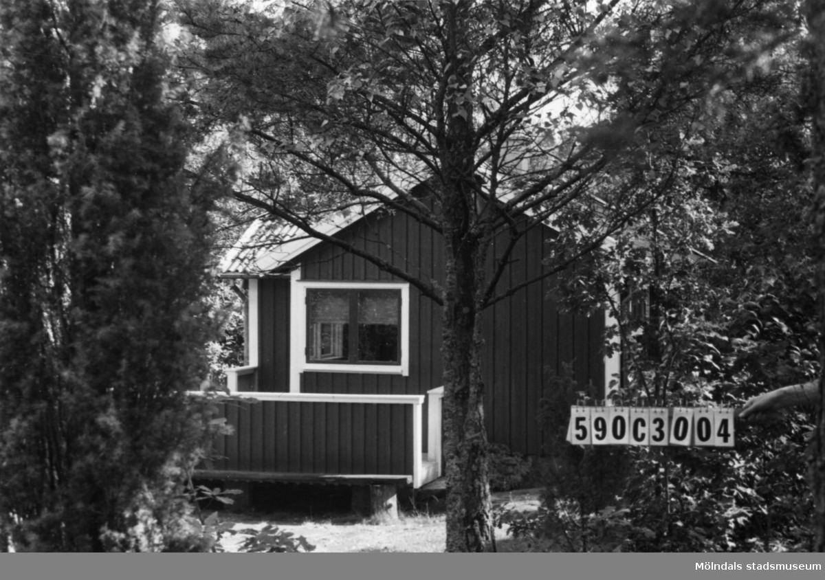Byggnadsinventering i Lindome 1968. Torvmossared 1:26. Hus nr: 590C3004. Benämning: fritidshus och redskapsbod. Kvalitet: god. Material: trä. Övrigt: lekstuga. Tillfartsväg: framkomlig. Renhållning: ej soptömning.