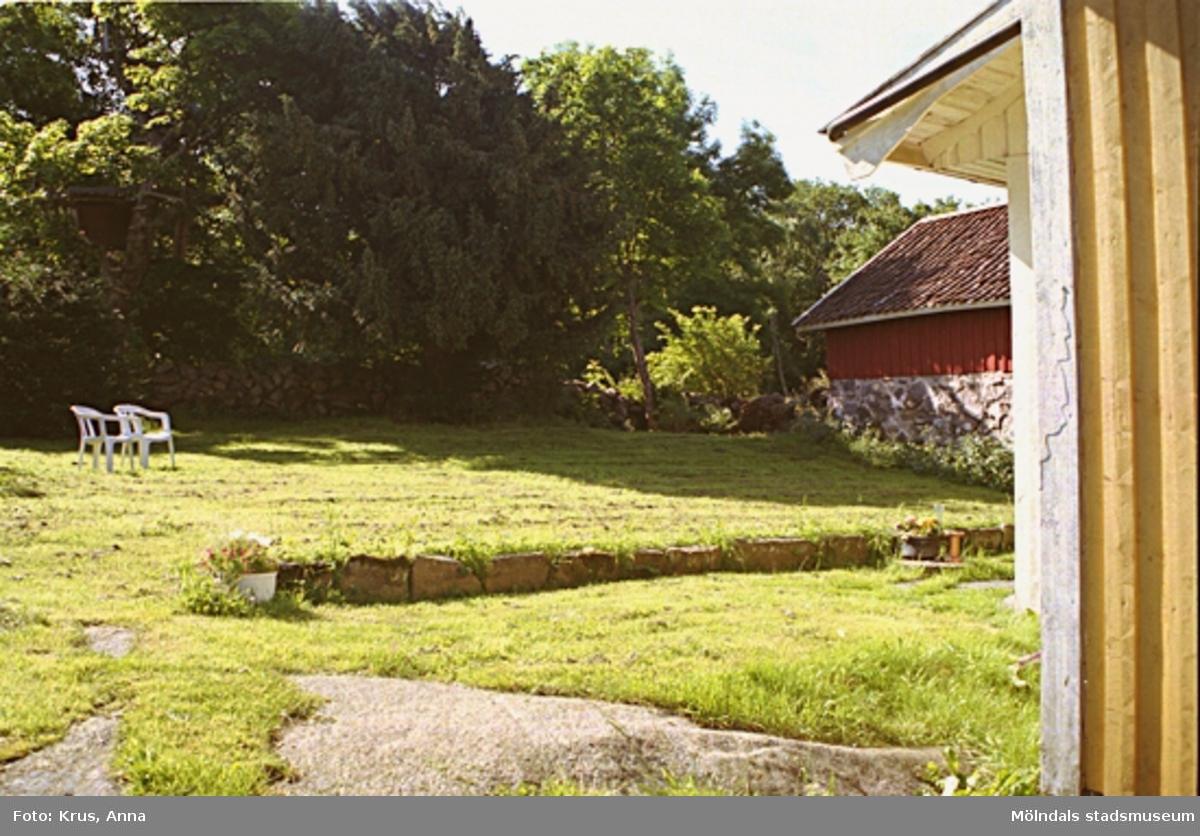 Kimmersbo 1:39. Trädgård med uthus till höger.