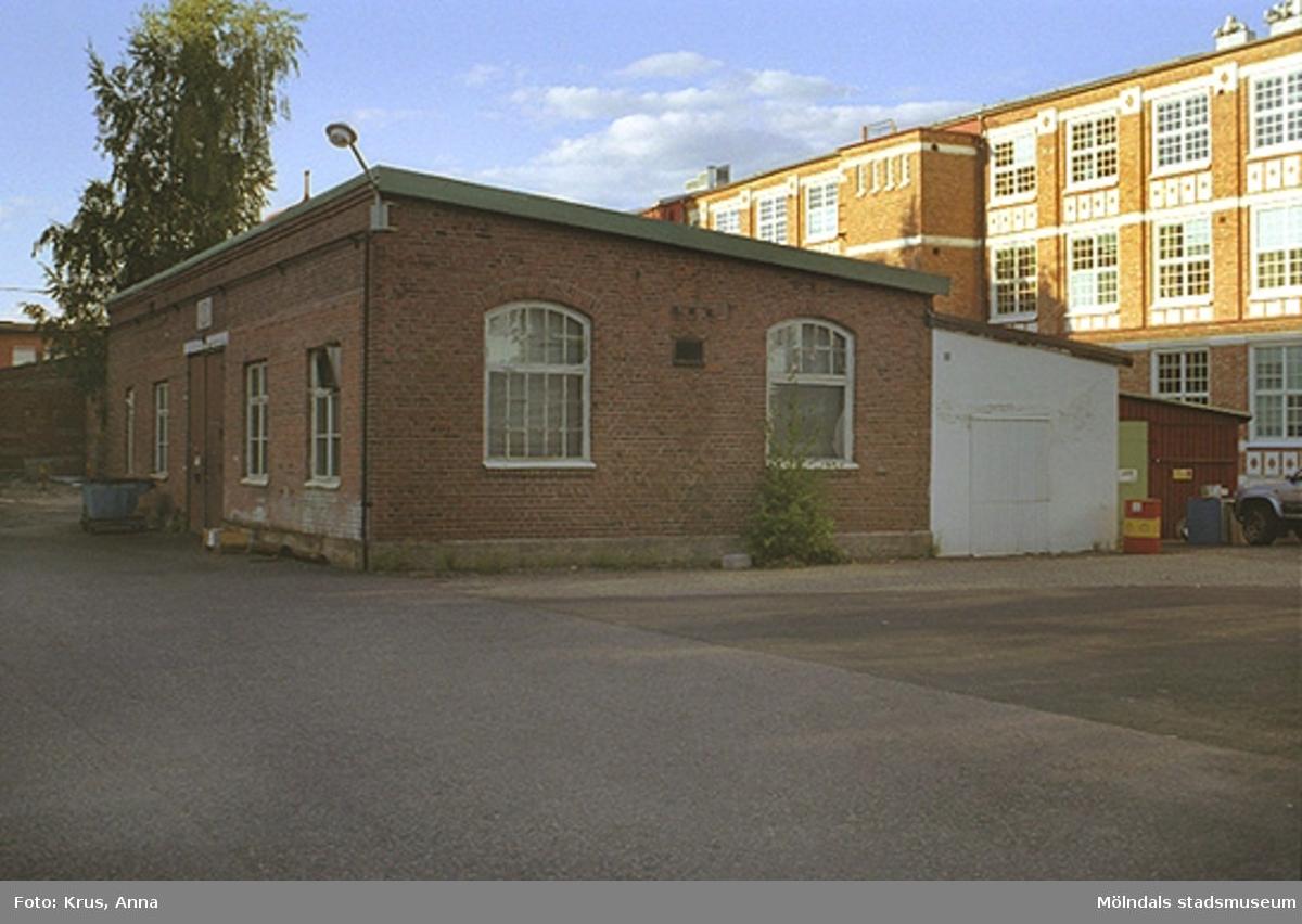 """Kängurun 18 - Krokslätts fabriker """"innergården"""" från sydväst, envåningshus med pulpettak."""