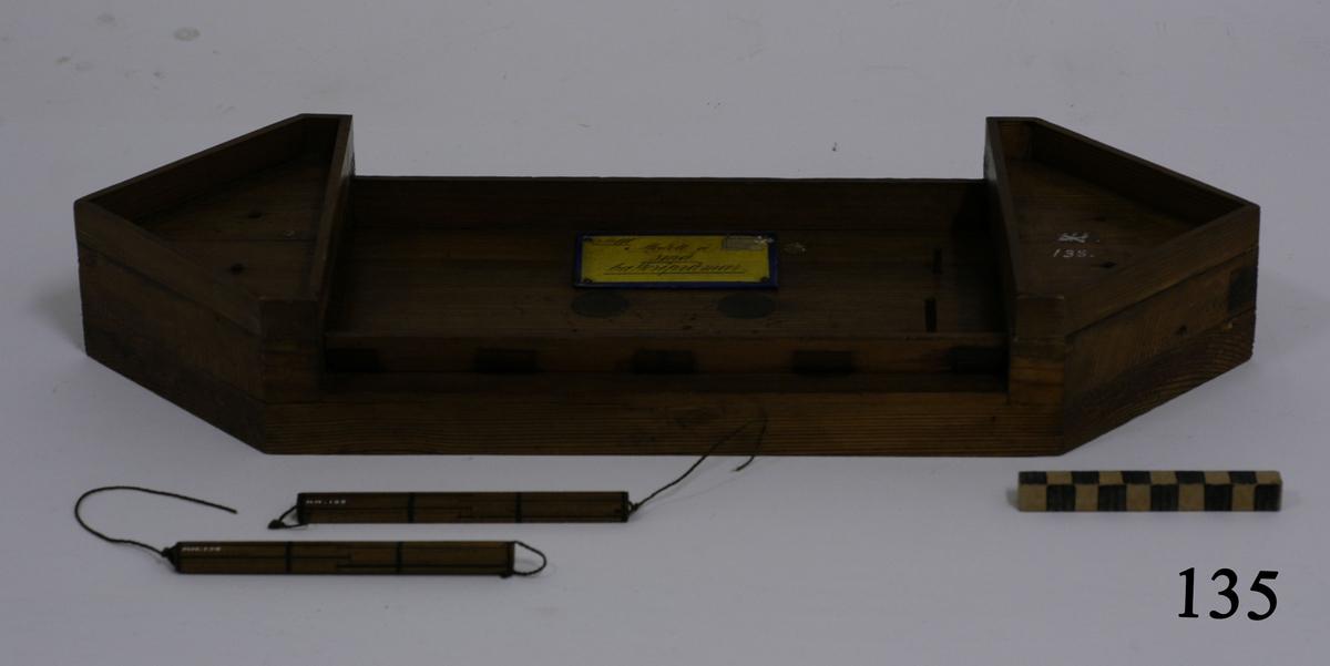 Modell av batteripråm, mindre, utan bestyckning. Modell av trä, omålad.