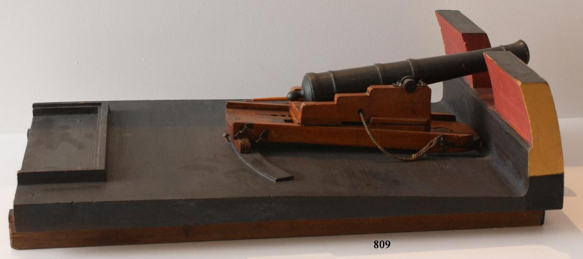 Kanonmodell: 24-pundig svänglåda med kanon för skeppet Wasa, av Chapmans Titz modell. Modellen helt av trä. Kanonen svartbetad, lådan fernissad. Lavetten L = 635 mm B = 370 mm H = 295 mm.