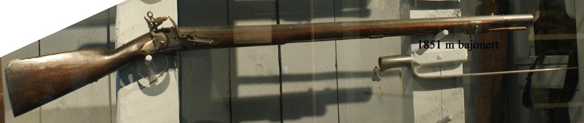 Musköt, 1704 års modell, för dragonerna, flintlås, märkt 529. Kolven av trä, pipa och mekanism av stål. Beslagen av järn, laddstake av trä. Pipan slätborrad. Bajonett 680 mm lång. Karbinstång saknas. Pipans längd 950 mm.