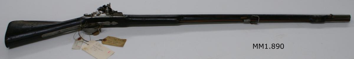 """Musköt, 1725 års modell. Flintlås, slätborrad, utan bajonett. Märkt: """"I.F. 132"""". Kolven av trä, pipa och mekanism av stål. Beslagen av metall. Pipan troligen en avkortad m/1725 (se Nr 1853)."""