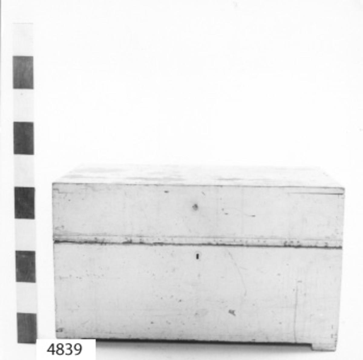 Kista, sjömans- av trä, svart- och vitmålad. Locket, som låses med infällt lås, är invändigt försett med fack. Utvändigt fastsatt list av tunnplåt, som överskjuter kistans kant för att skydda mot vattnets inträngande. Å gavlarna rörliga bärhandtag av järn. Den härstammar från år 1880.