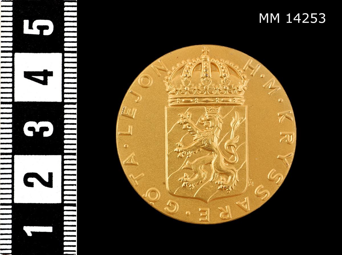 På framsidan: vapensköld med lejon, krönt av kunglig krona jämte omskriften H.M. KRYSSARE GÖTA LEJON. På baksidan: koncentriska ringar, däremellan inskriptionen ME NEMO INPUNE LACESSET (Ingen angriper mig ostraffat).