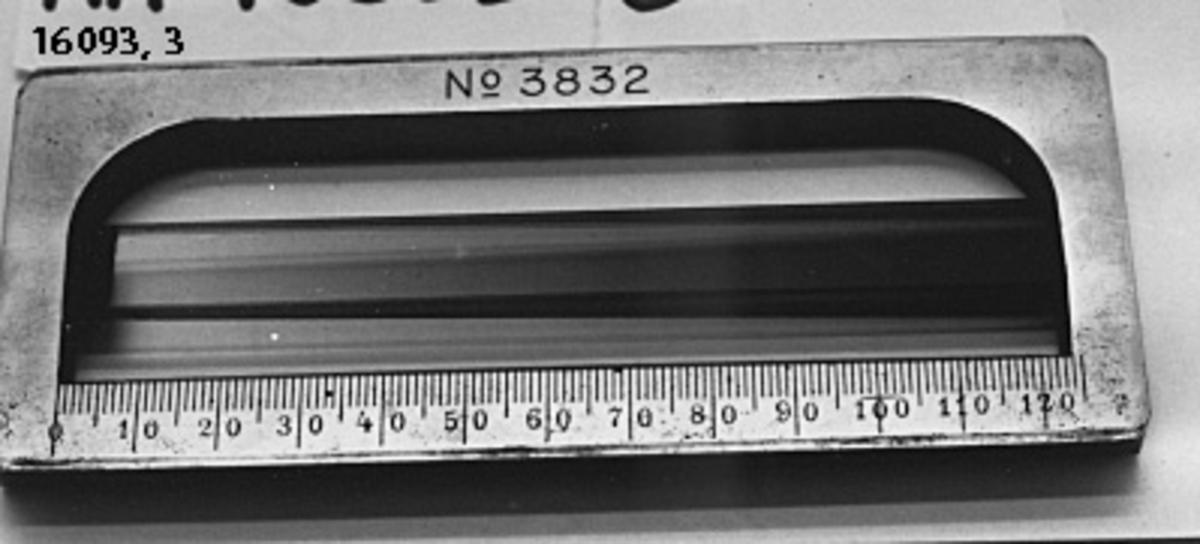 Objektglas, rektanguär metallskiva, graderad 0-120 med i mitten en rödfärgad slasskiva. Märkt: No 3832.