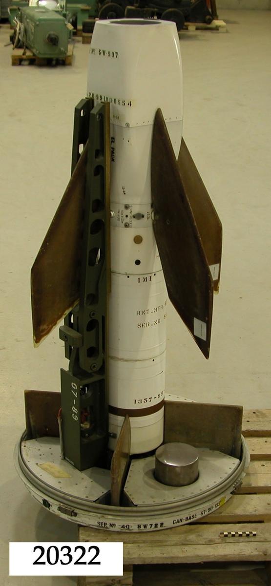 """Luftvärnsrobot, vit kropp av plåt, bruna fenor av plast. Text på robotkropp: """"SER No 20405  G.C.L.JAN/69"""" med mera. Brunt band underst. Till roboten hör skyddshölje av vit plast."""