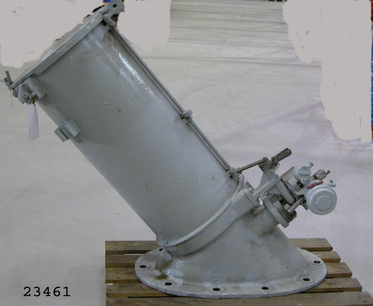 Ett lutande grovt eldrör med 45 cm innerdiameter, i övre ändan försett med täcklock av stål, i nedre ändan utrustat med sprängkammare och avfyrningsanordning. Allt vilar på en bottenplatta av stål, avsedd för fastsättning på huvuddäcket.