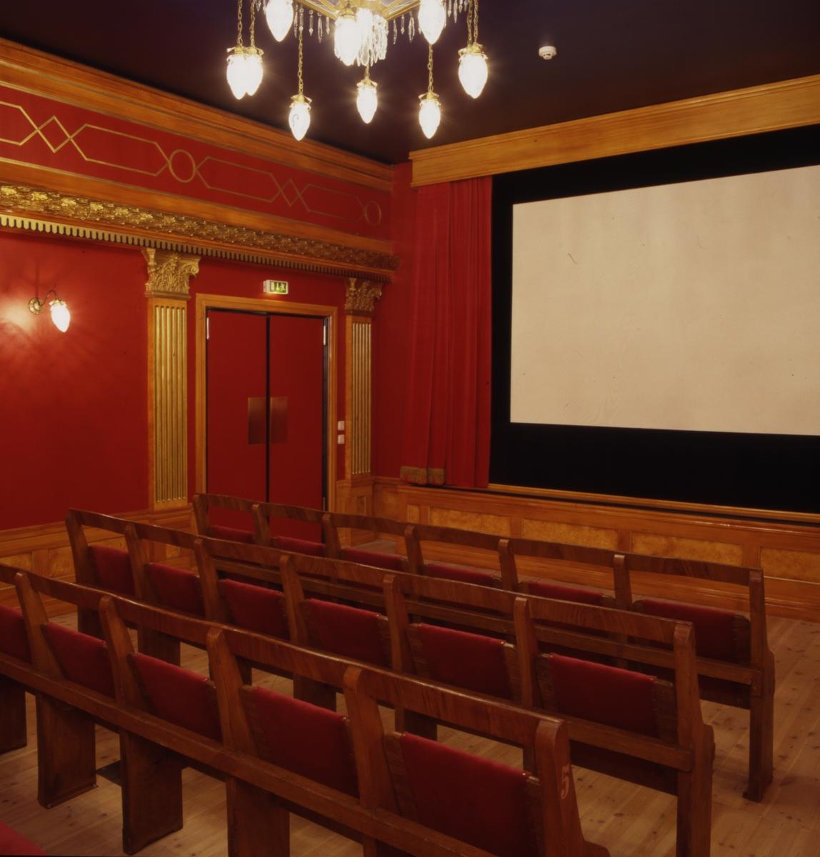 Museets biografsalong interiört. Minisalong på andra våningen med plats för 30 personer, med några fragment från den i Karlskrona på sin tid berömda örlogs-eller varvsteatern har man återskapat en lokal att användas vid bildörevisningar, föredrag och diskussioner för mindre grupper.