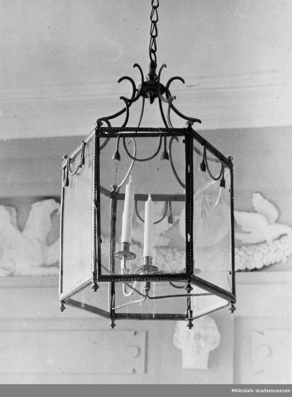 Taklykta med sexkantig glaskupa och metallbeslag med plats för tre ljus. Gunnebo slott, 1930-tal.