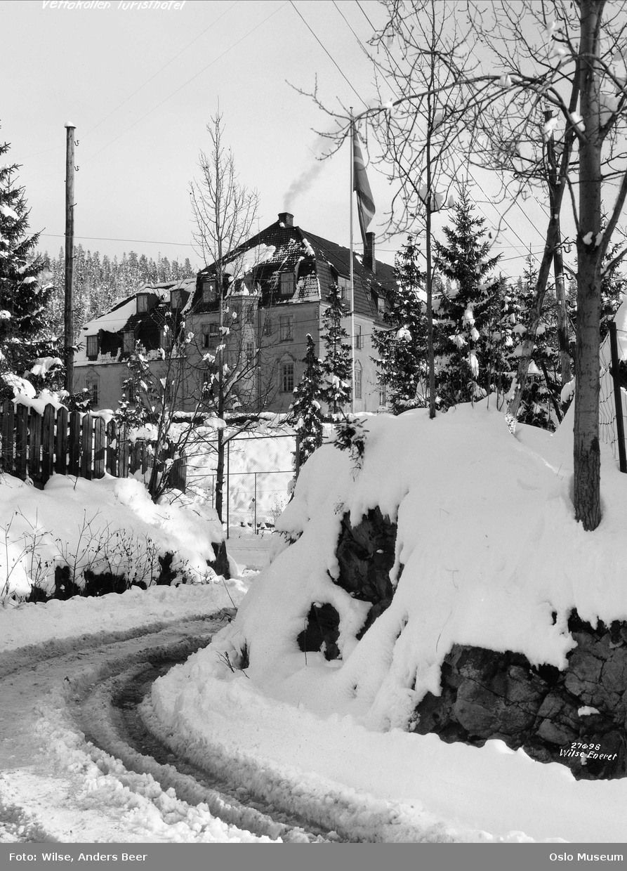 Vettakollen turisthotell, skog, snø, elektrisitet, flagg