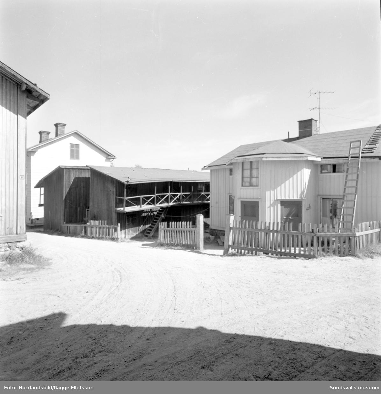 Bilder av den gamla, numera rivna,  bebyggelsen kring Trafikgatan i Skönsberg.