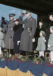 Från vänster överbefälhavare Thörnell, kronprinsessan Louise