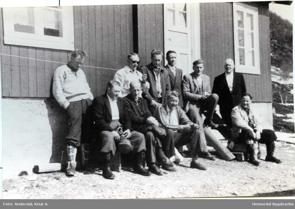 På stølen til Nordre Fekene (Fekjo,dialekt) i Heimreskaret. Styret i Turisttrafikklaget og nokre av dei som dreiv aktivt innan reiselivet kring slutten av 1950-talet og på 1960-talet er på tur. Fremst frå venstre: Oskar E. Fekene; Iver T. Svare; Ola Ø. Thorset;  Ola Tuv. Bak frå venstre: Ola Hustad; Knut E. Langehaug; Sigurd Flaget,formann; Torleiv Støyten; Svein Halbjørhus jr.; Knut T. Viljugrein. Biletet er teke i Holdeskaret i 1959.