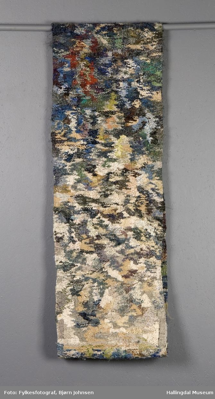 Smalt teppe sydd sammen til et sammenhengende bånd