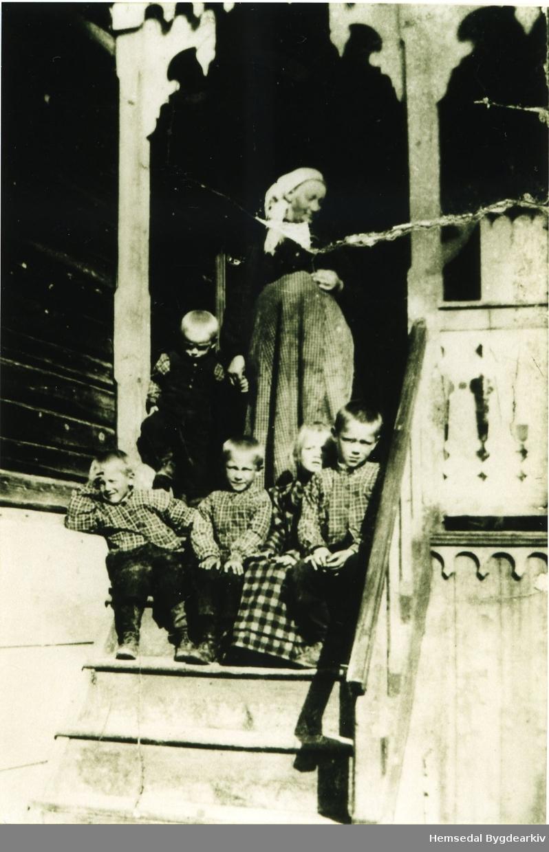 Birgit Granheim, fødd Bjøberg på vitjing hjå forledra med borna Nils, Ole, Knut, anne og Steinar.