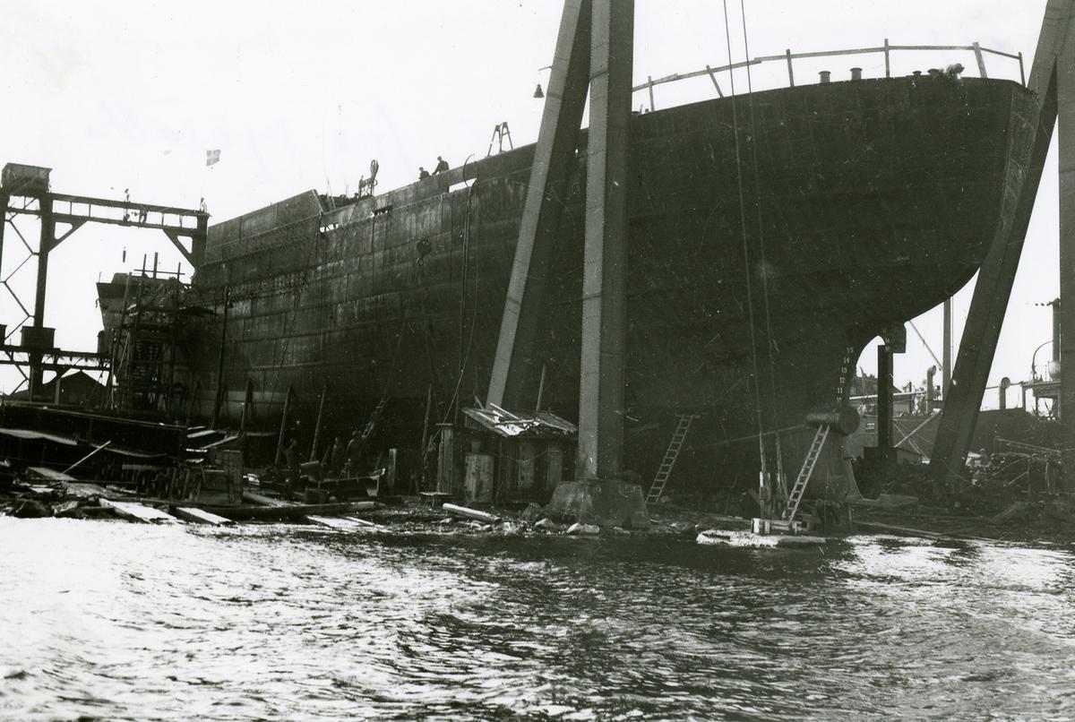 Troligen last och passagerarångaren HEIMDALL för stockholm före sjösättningen 1915.