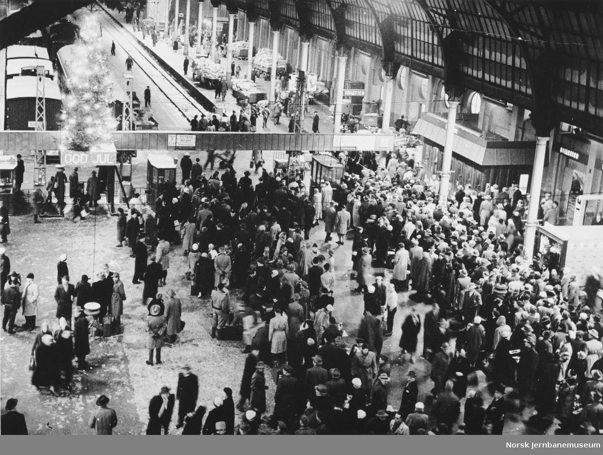 Østbanehallen med juletre og reisende som venter på togene