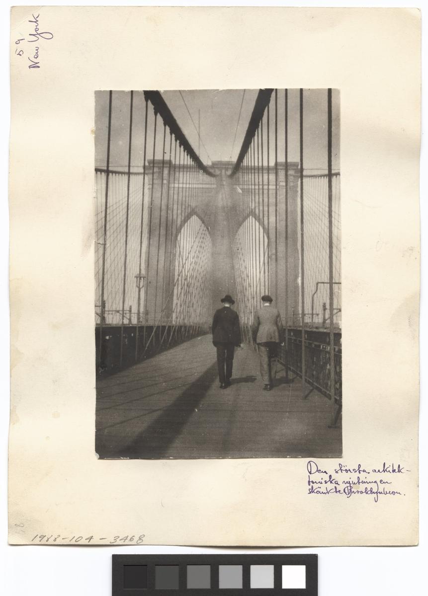 Brooklyn Bridge Exteriör. Två män på bron. Resebild ur Gunnar Asplunds samling.