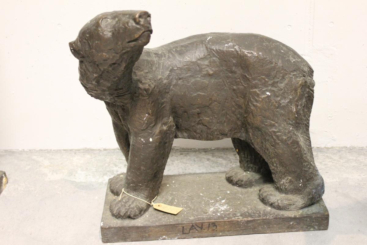"""Skulptur i bronse av en isbjørn. Tittel: """"Isbjørn"""". Se også nr.139"""
